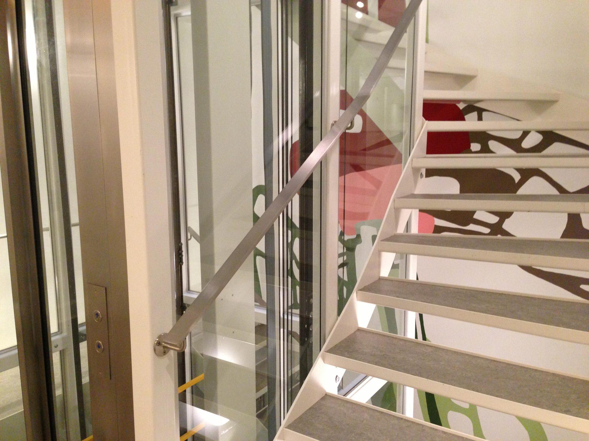 Elevator Med Tilhørende Trappe